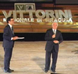 Il Presidente Nicola Bono </br> con Fabrizio Frizzi durante la serata Vittorini al Teatro Greco.